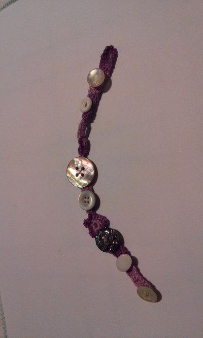 Braccialetto all' uncinetto in cotone viola e decorato con bottoni vari