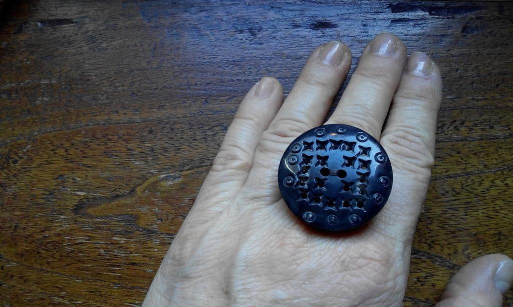 Anello con bottone marrone effetto etnico