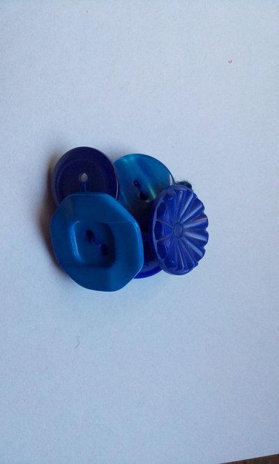 Anello originale con bottoni vari nelle tonalità del blu