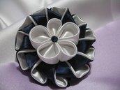 Spilla - Bomboniera - Segnaposto in raso blu e bianco con decoro kanzashi, Linea Blue Chic