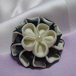 Spilla - Segnaposto - Bomboniera, in raso con decoro kanzashi, Linea Blue Chic, disponibile in 2 tonalità