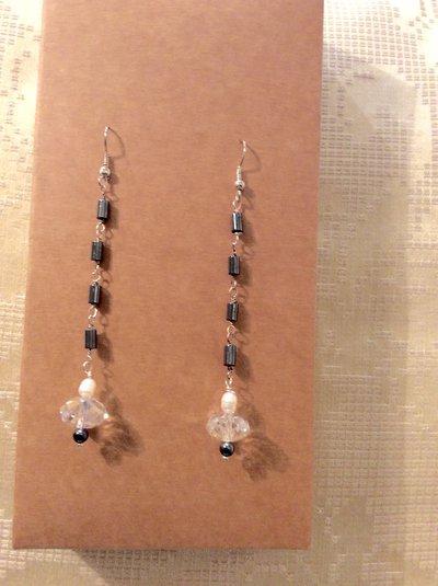Orecchini lunghi ematite, perle e cristalli