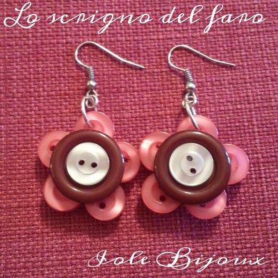 Orecchini fiori di bottoni rosa corallo/marrone/beige