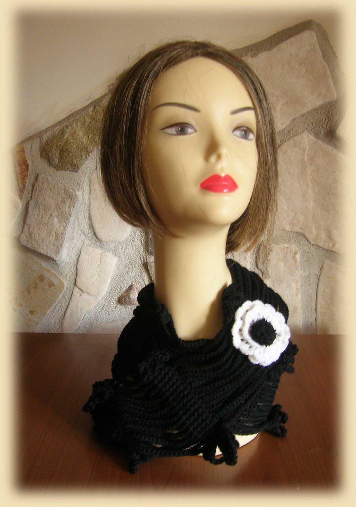 Sciarpa da donna nera con lavorazione a catenelle e fiore all'uncinetto bianco