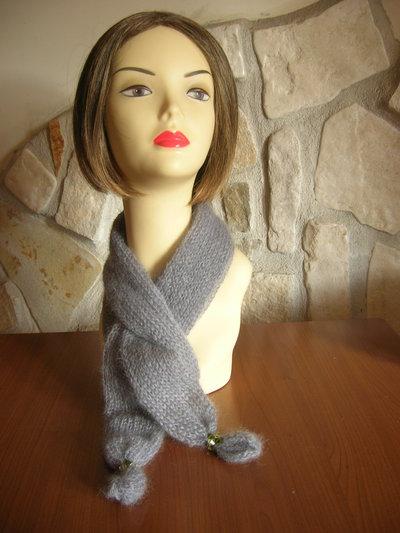 Sciarpa da donna grigio perla realizzata in lana kid mohair  rifinita con anelli di cristallo verde