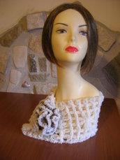 Collo da donna in lana bouclè panna con fiore all'uncinetto  panna e marrone