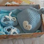 Completo neonato scarpine + cappellino con cuore ad uncinetto   - Benvenuto baby - in lana merinos azzurro