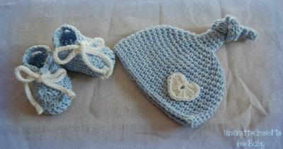 Completo neonato scarpine + cappellino con cuore ad uncinetto   - Benvenuto baby - in lana baby celeste e bianco