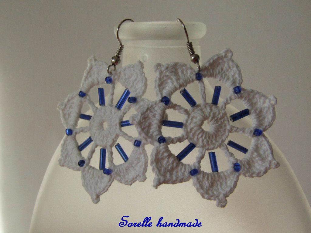 Orecchini uncinetto fiore bianco e perline blu