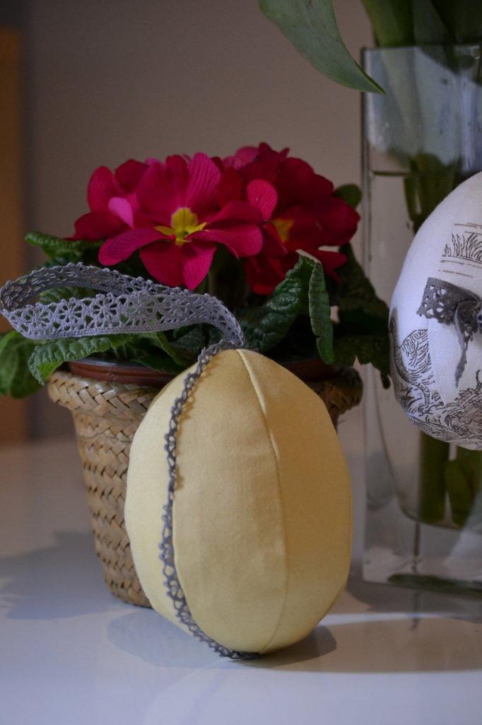 Uovo di Pasqua dorato in tessuto da stile Shabby
