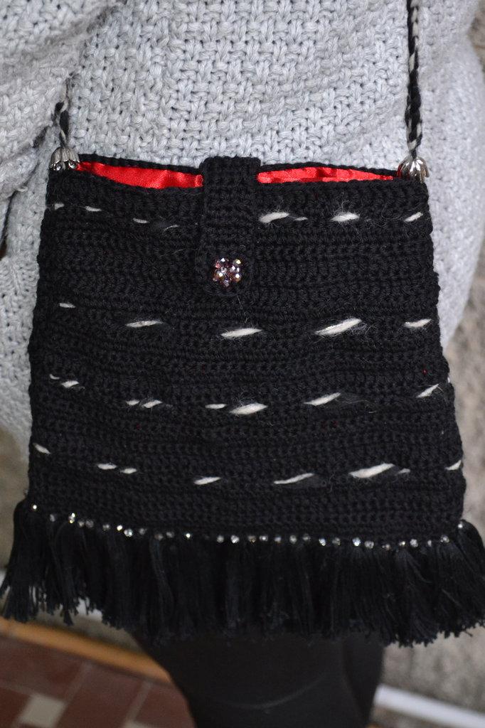 Borsa nera in lana con frange a tracolla