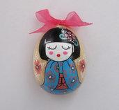 Uovo-magnete in legno dipinto a mano con mini geisha