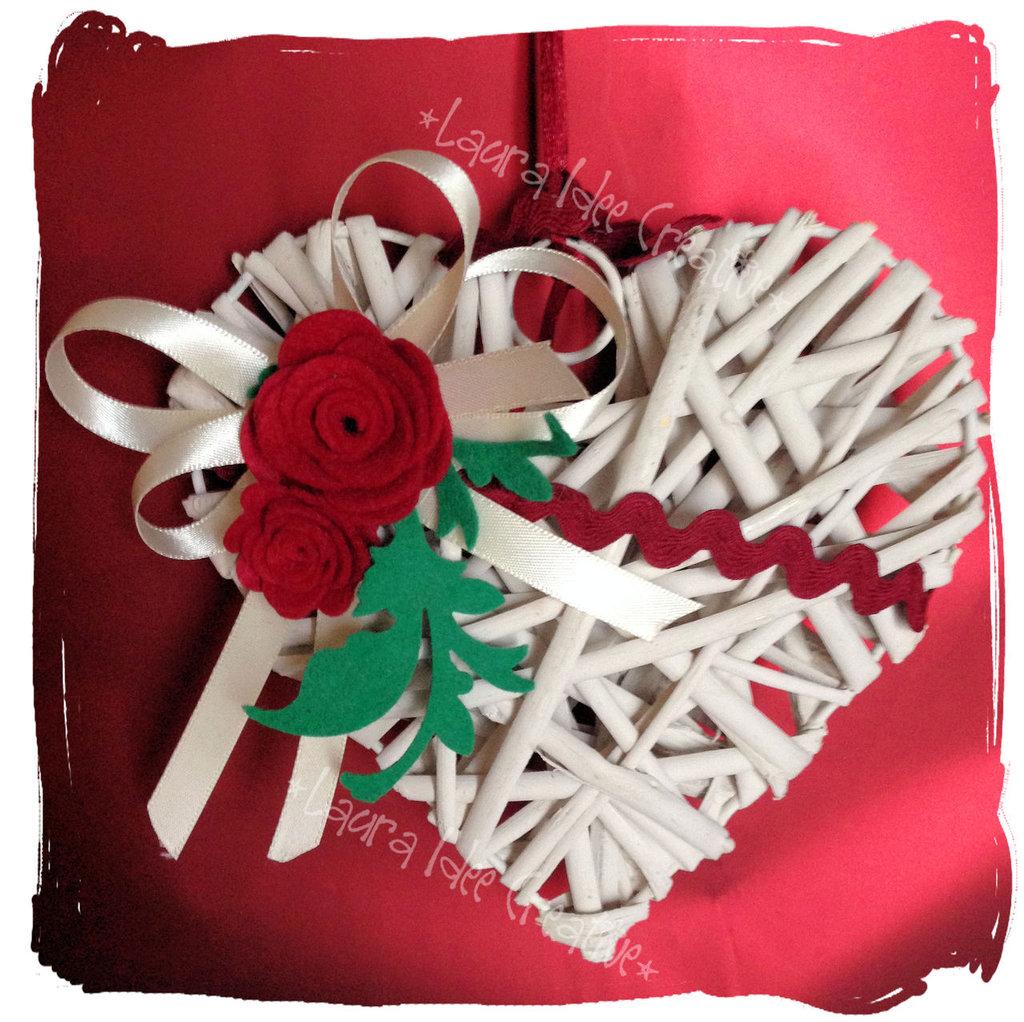 Cuore in vimini decorato con rose in feltro