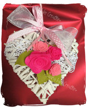 Cuore in vimini con rose per la festa della mamma