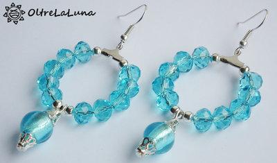 Orecchini a cerchio con cipollotti azzurri e perle pendenti