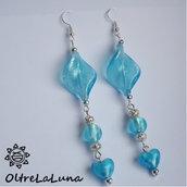 Orecchini pendenti in vetro azzurro perle e cuoricini