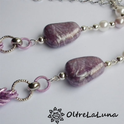 Collana con resine screziate rosa, catene argento e rosa antico e perle
