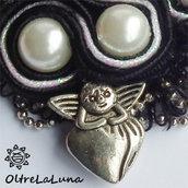 Collana con pendente in soutache perle e amorino argentato