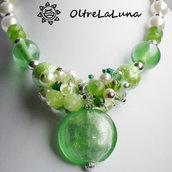 Collana con pendente in vetro verde e grappolo di perle
