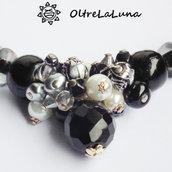 Collana con pietre nere, grappolo di perle e pendente centrale