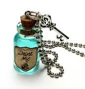 Collana con pendente a bottiglietta: Alice nel paese delle meraviglie