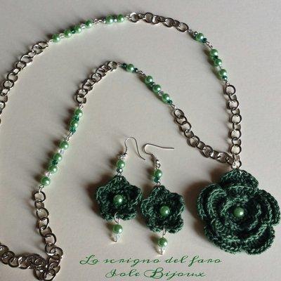 Collana con fiori all'uncinetto e orecchini abbinati in verde