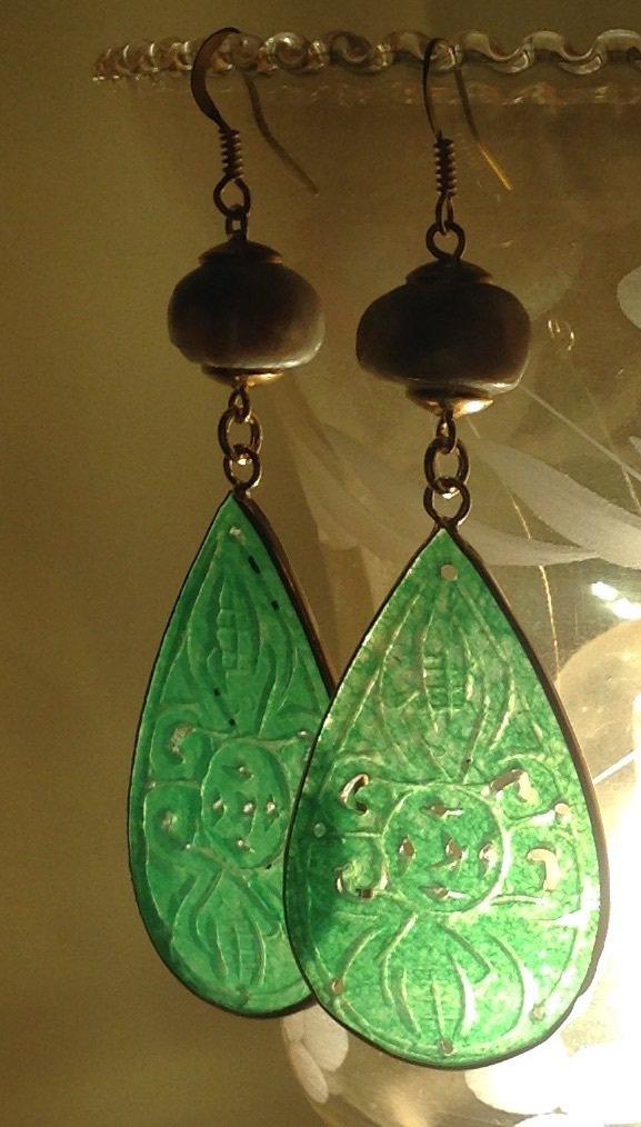 Orecchini pendenti con grande goccia di giada e perle barocche