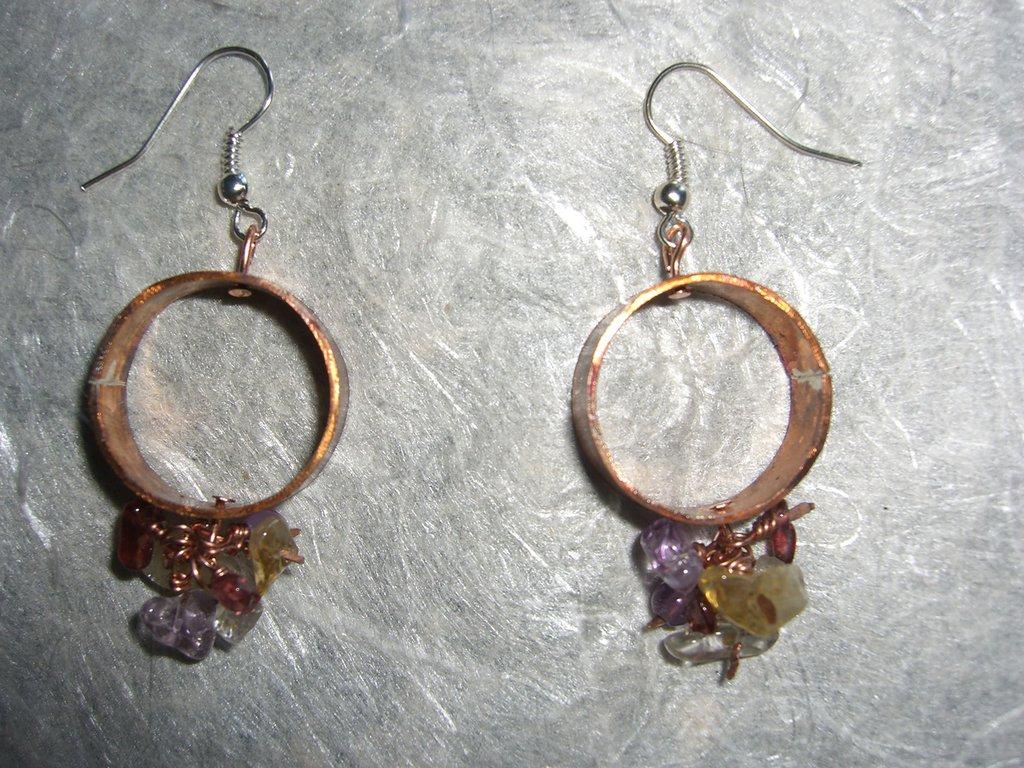 Orecchini in rame e charms di pietra dura viola gialla e bordeaux