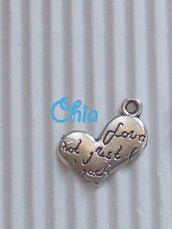 8 charms cuore con scritte 16x10mm