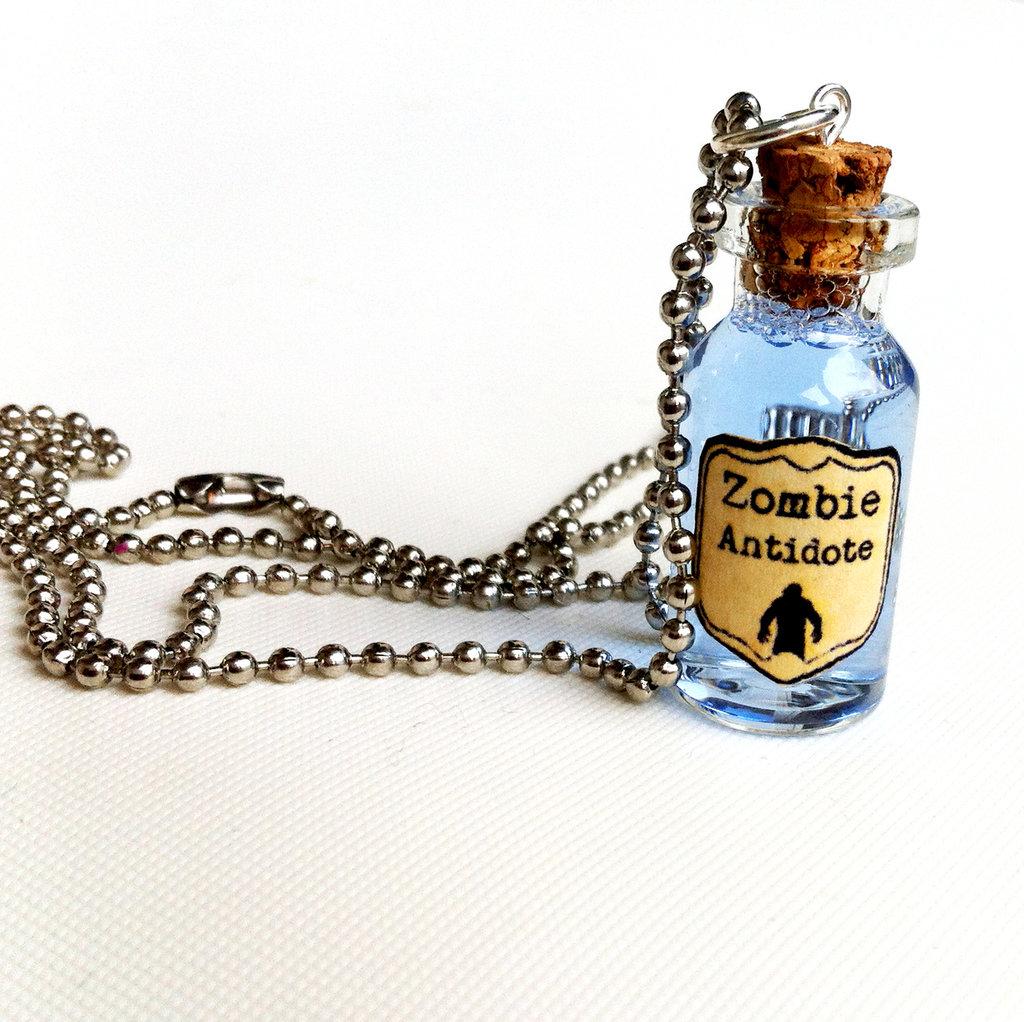 Collana con pendente a bottiglietta: Zombie Antidote