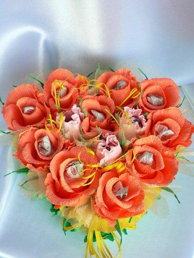 Cuore di rose in carta crespa con cioccolatini