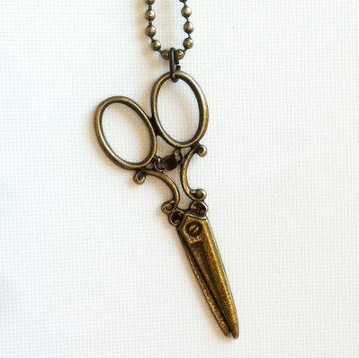 Collana con pendente in bronzo antico a forma di forbice