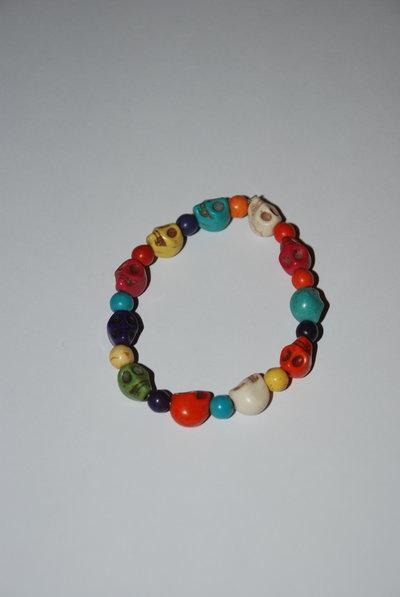 Bracciale elastico con teschi e perle colorate