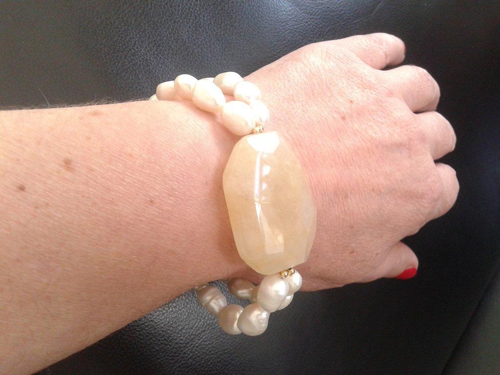 bracciale perle bianche barocche e pietra di quarzo giallo centrale