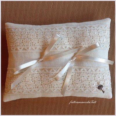 Cuscino porta fedi in lino bianco con prezioso pizzo