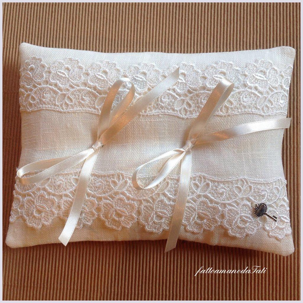 Cuscino portafedi in lino bianco con pizzo vintage