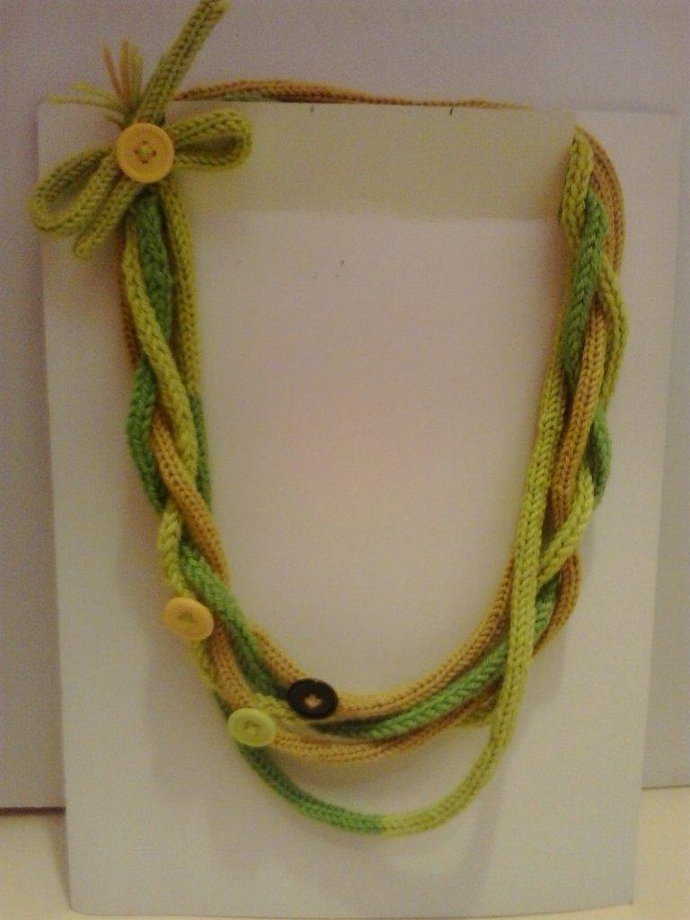 Collana in lana dalle tonalità di verde