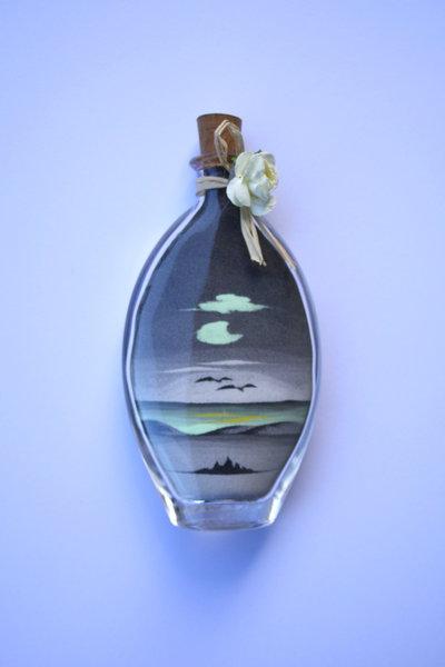 BOMBONIERA FLUORESCENTE. Bottiglia con paesaggio in sabbia mod. Tarquinia blu/grigio