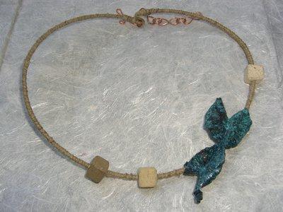 Collana a girocollo con farfalla azzurra in rame, spago e pietre