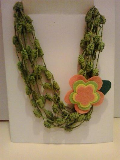 Collana in ciniglia pon pon verde con fiore in feltro