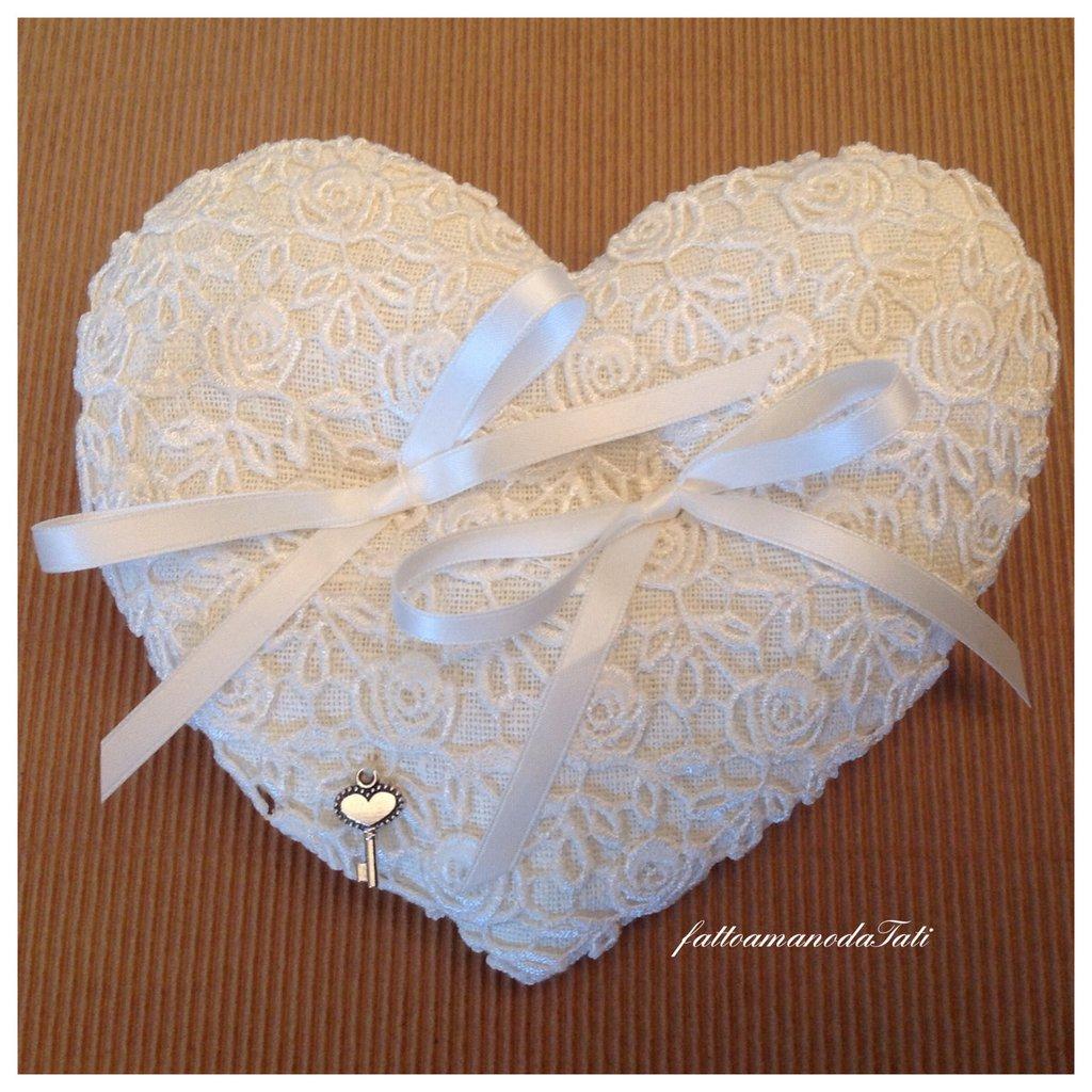Cuscino per fedi in lino bianco e pizzo a forma di cuore