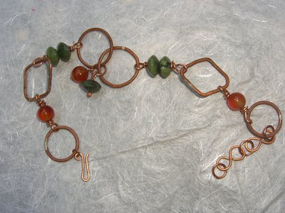 Bracciale con anelli di rame, giada canandese e corniola