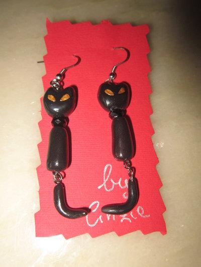 Orecchini pendenti con gatti neri in fimo