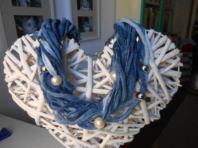 girocollo in ciniglia blue e avion con perline e perle