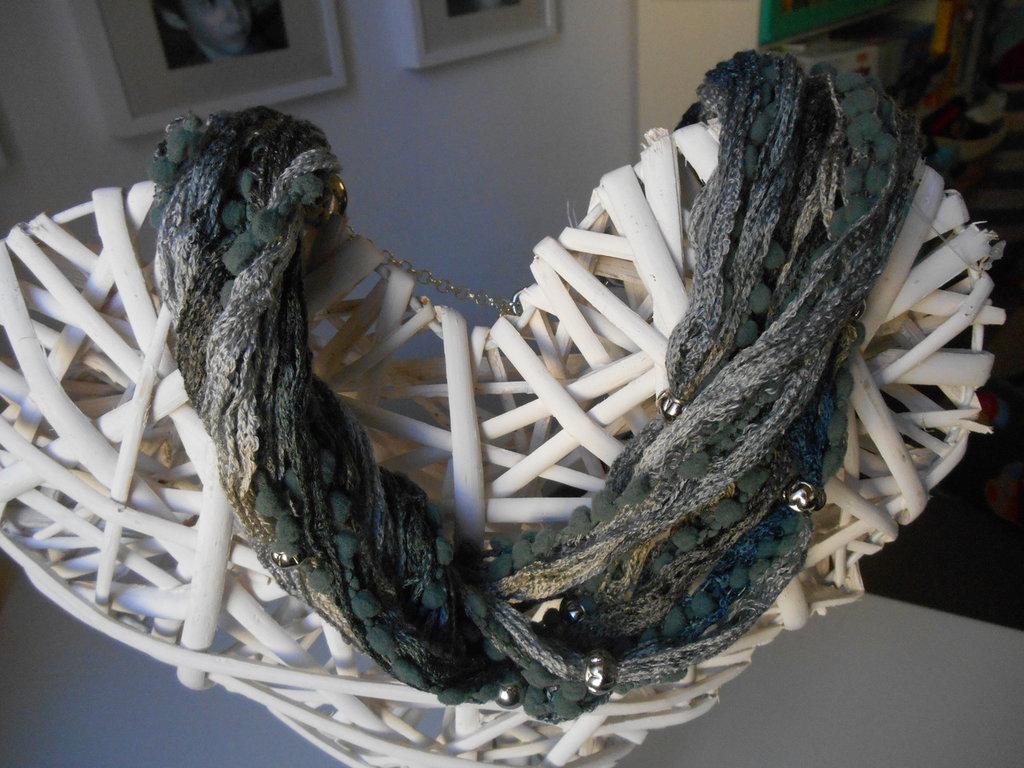 girocollo in lana multifilo sui toni del marrone
