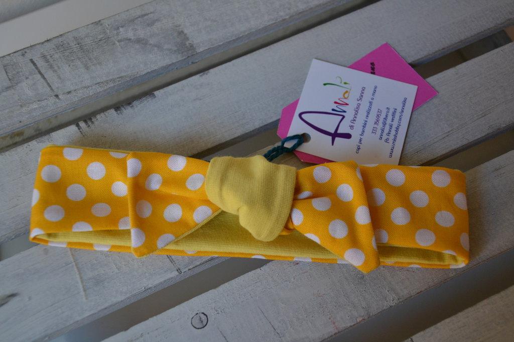 Fascia per capelli double face gialla a pois fatta a mano in cotone per bambina