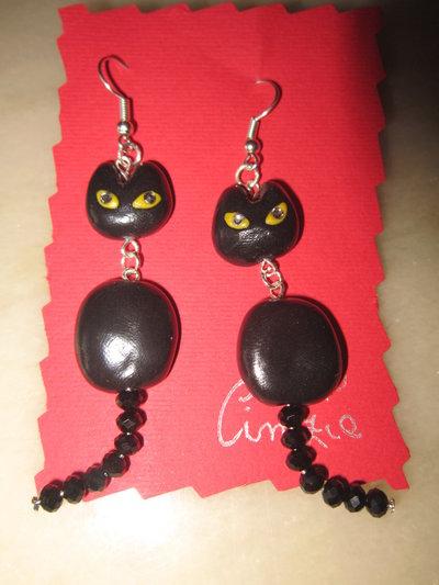 Orecchini con gattini neri e corallini