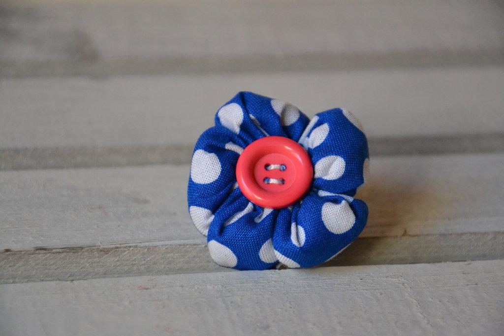 spilla fiore blu a pois con bottone rosa per bambina fatta a mano in cotone