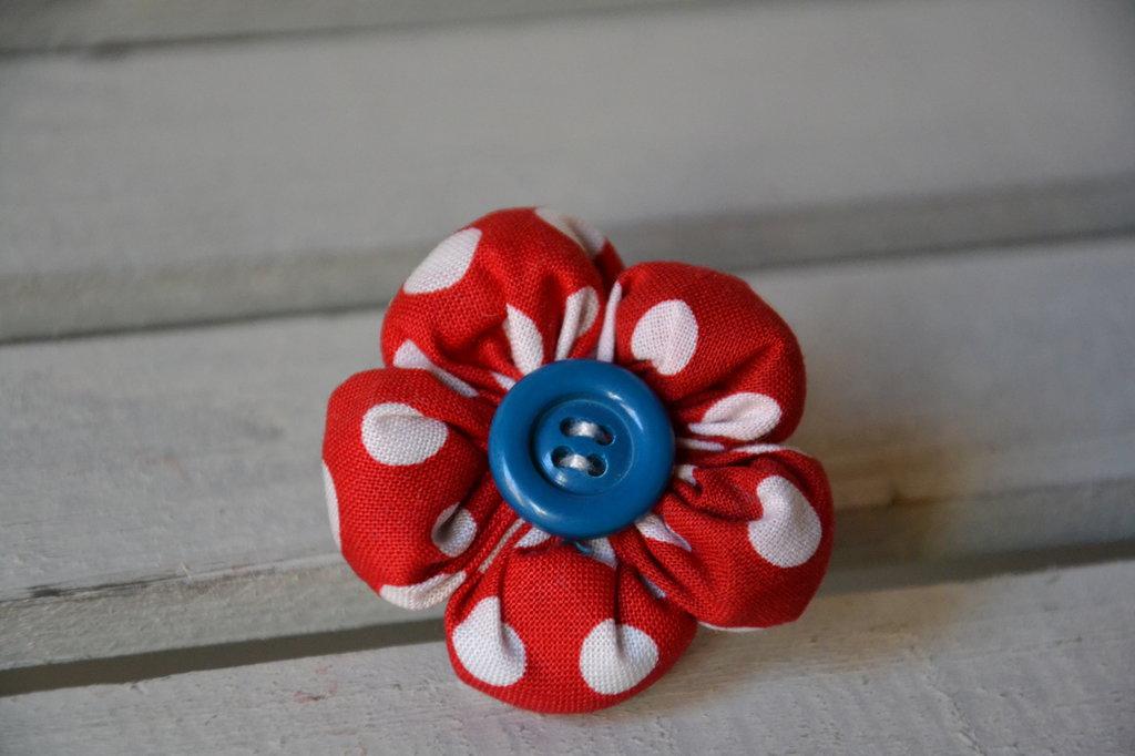 spilla fiore rosso a pois con bottone blu per bambina fatta a mano in cotone