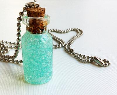 Collana con pendente a bottiglietta.